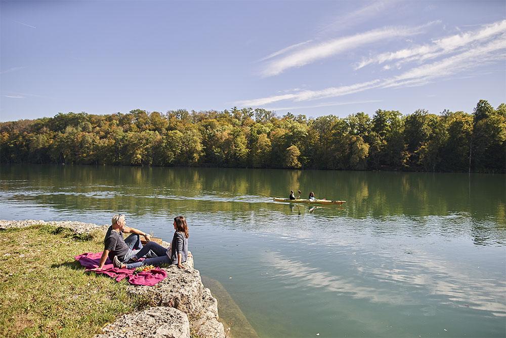 Paar picknickt am Rhein